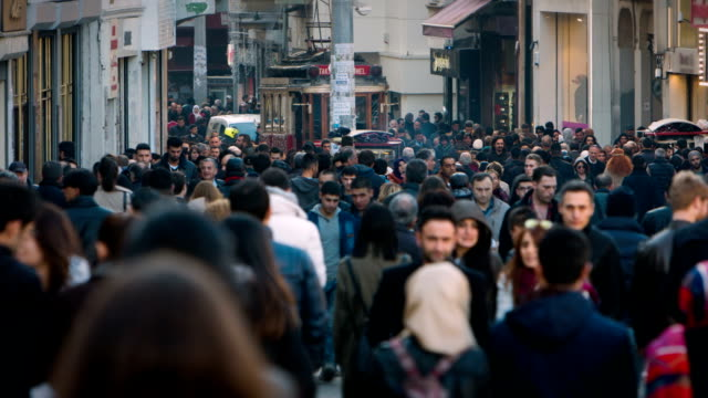 vídeos de stock e filmes b-roll de people walking on the street - istambul