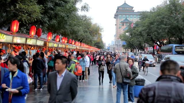 Menschen zu Fuß auf Wangfujing-Straße in Peking, Chaina – Video