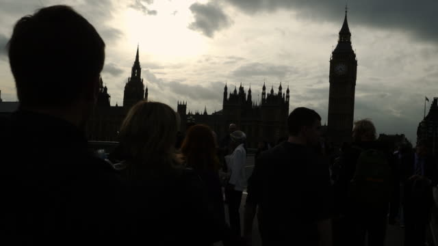 people walking on westminster bridge in london - politica e governo video stock e b–roll
