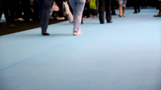 걷기 - 방관적인 사람들 스톡 비디오 및 b-롤 화면