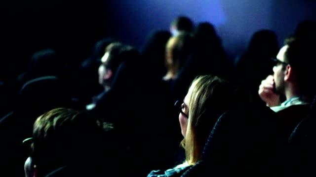 vidéos et rushes de personnes de regarder un film au cinéma. - cinéma