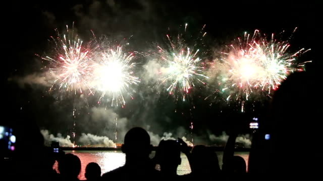 people watching fireworks at beach - giorno dell'indipendenza video stock e b–roll