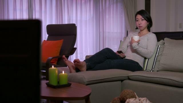 ピープルウォッチングテレビテレビ映画フィルムの女性のライフスタイルをご自宅で - マグカップ点の映像素材/bロール