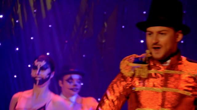stockvideo's en b-roll-footage met mensen dragen schilderachtige kostuums zijn dansen en zingen op het podium in theater - vetschmink