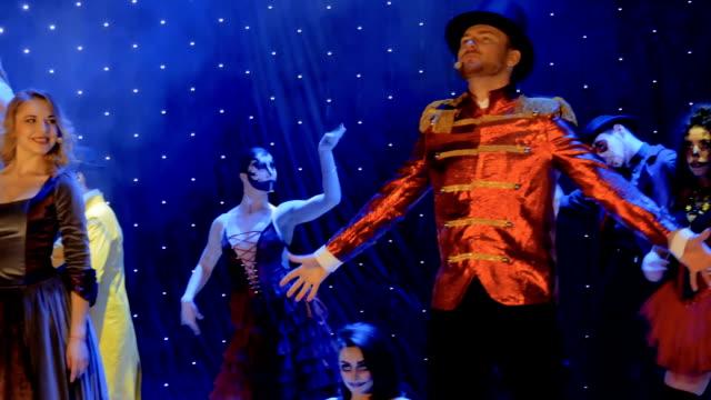 stockvideo's en b-roll-footage met de mensen die toneelkostuums dragen zingen en dansen op stadium in theater - vetschmink
