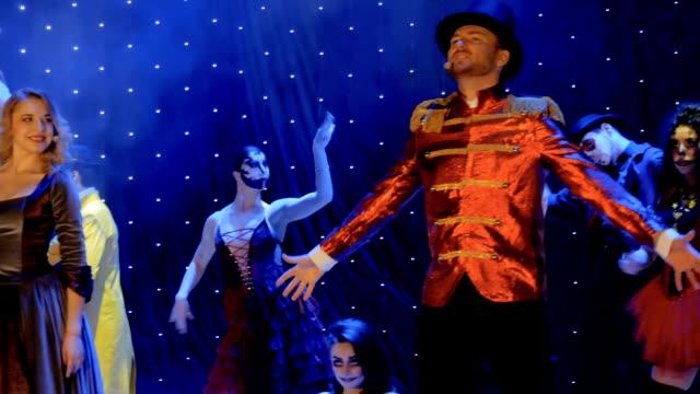 stockvideo's en b-roll-footage met mensen dragen schilderachtige kostuums zijn zingen en dansen op het podium in theater - vetschmink