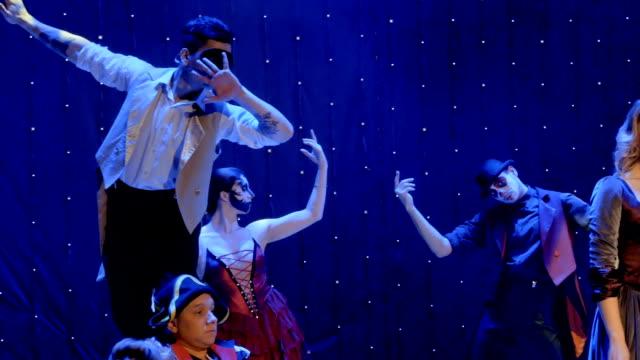 stockvideo's en b-roll-footage met mensen dragen kostuums van de schilderachtige bevriest in de één pose op de bühne in het theater - vetschmink