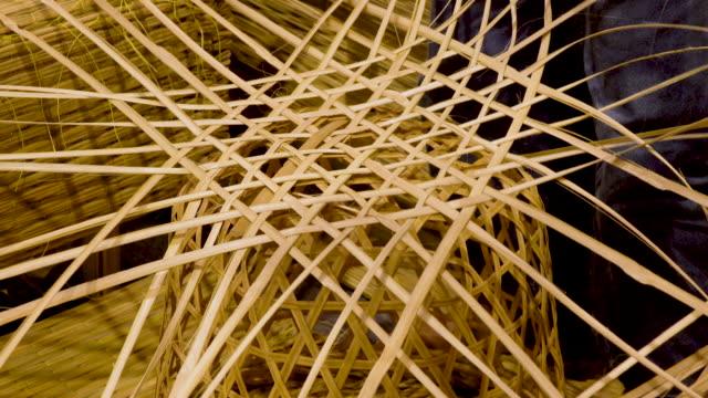 4 k människor vävning bambu korg - väva bildbanksvideor och videomaterial från bakom kulisserna