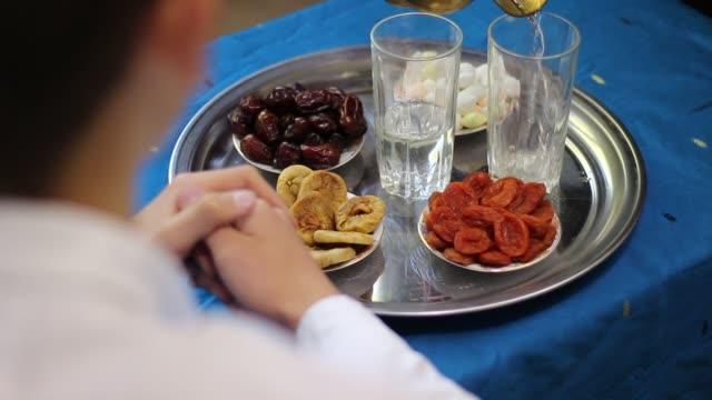 vídeos y material grabado en eventos de stock de personas que mantienen roza - eid mubarak