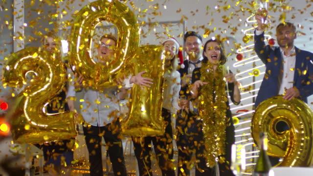 vídeos de stock, filmes e b-roll de pessoas com balões de 2019 torcendo - festa da empresa