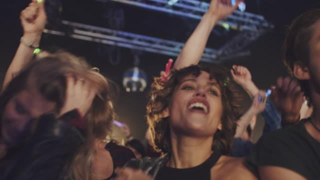 menschen mit knicklichter - musikfestival stock-videos und b-roll-filmmaterial