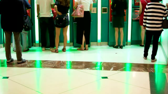 People withdrawing money from ATM影片