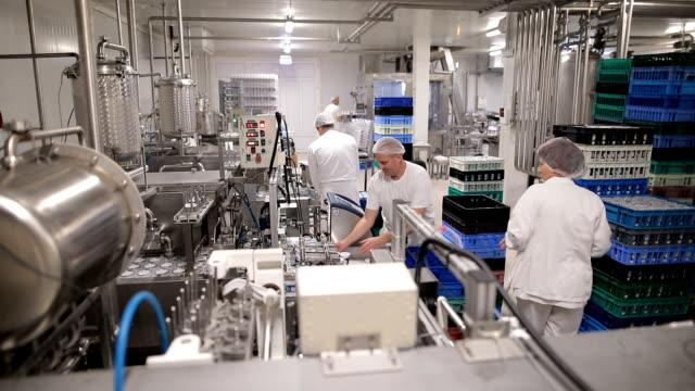 食品工場で働いている人 - 包装点の映像素材/bロール