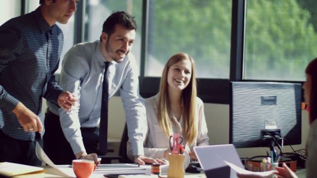 stockvideo's en b-roll-footage met mensen die werkzaam zijn in het kantoor - partnership