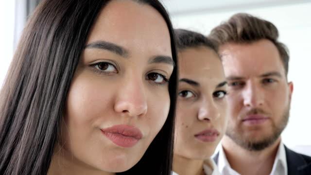 vídeos y material grabado en eventos de stock de rostros de la gente, trabajar equipo cerca, pose de personas de negocios en oficina, gente de negocios multinacionales retrato - servicios sociales