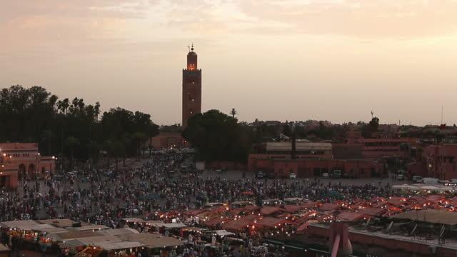 marakeş halkı djemma el fna zaman geçirmek - unesco stok videoları ve detay görüntü çekimi