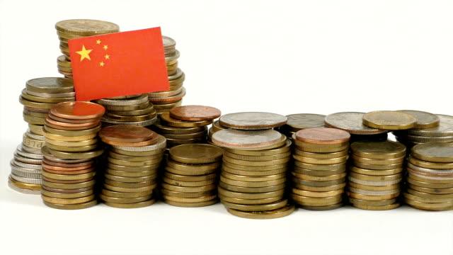 República de la bandera China con pila de dinero monedas - vídeo