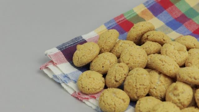 stockvideo's en b-roll-footage met pepernoten, een traditionele traktatie met de nederlandse feestdag sinterklaas. cookie - pepernoten