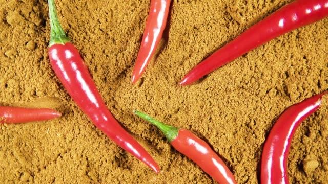vídeos y material grabado en eventos de stock de pimienta seca y fresca gira vista superior - cayena guindilla roja