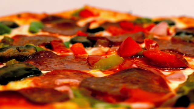 stockvideo's en b-roll-footage met pepperoni pizza langzaam roterend - dikke pizza close up