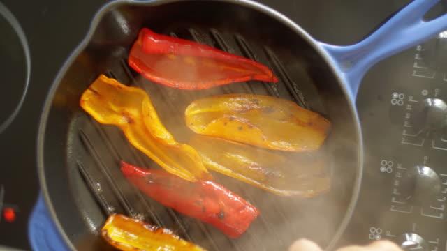 vidéos et rushes de poivrons au-dessus - aliment frit