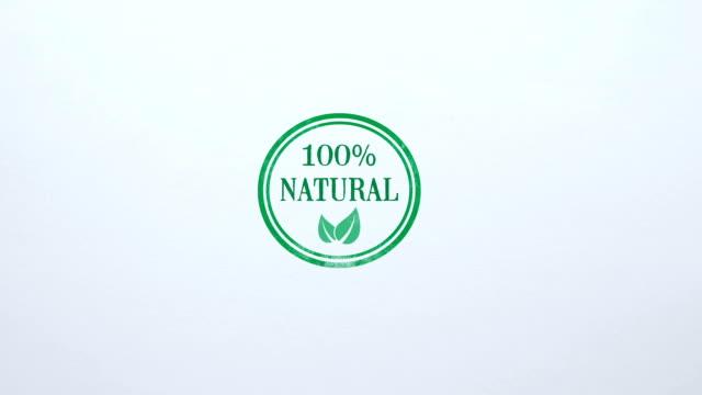 yüzde 100 doğal mühür boş kağıt arka planda, gıda kalite kontrolü damgalı - organik stok videoları ve detay görüntü çekimi