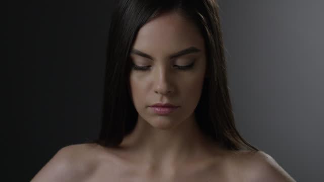 ブルネット ファッション性の高いモデルの顔に最適です。ファッションのビデオ。 - グリースペイント点の映像素材/bロール