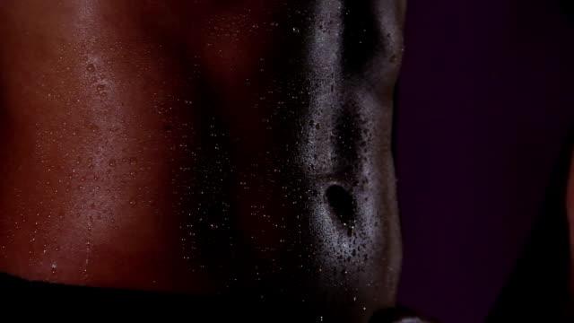 idealne kobiece ciało z uwodzicielskim idealnym płaskim brzuchem, krople wody na zdrową skórę - tułów filmów i materiałów b-roll