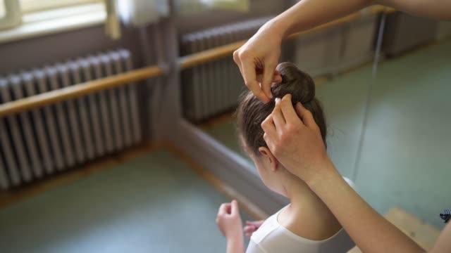 perfekter haarbügel-bon für perfekte ballerina - ballettschuh stock-videos und b-roll-filmmaterial