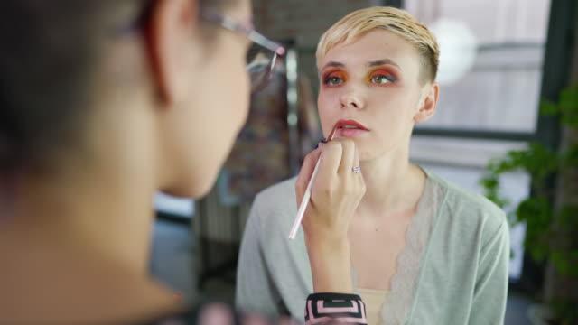 vidéos et rushes de application de maquillage parfaite - crayon à lèvres