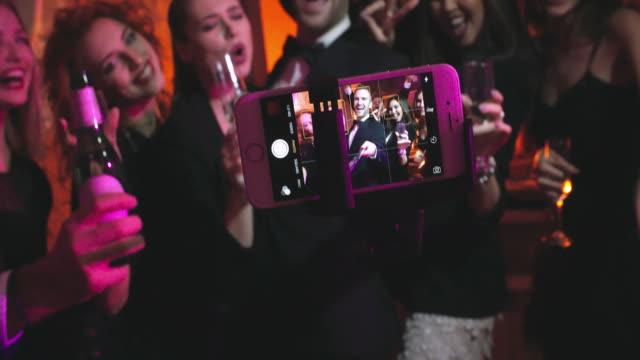 vidéos et rushes de un selfie à la fête - soirées habillées