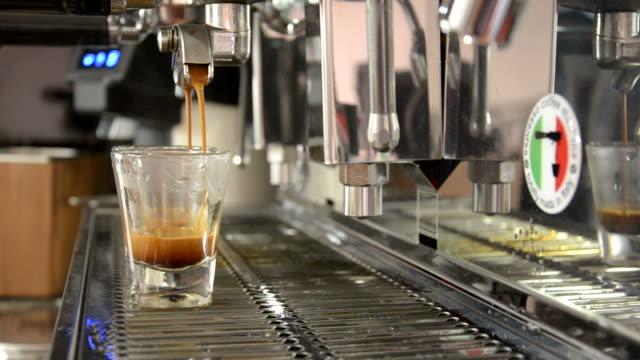 idealny kawa ekstrakcji - espresso filmów i materiałów b-roll