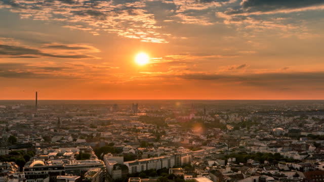 perfekt silhuett antenn timelapse av berlin med vacker solnedgång i sommar på kvällen tid. - berlin city bildbanksvideor och videomaterial från bakom kulisserna