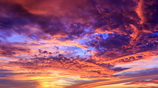 vídeos de stock, filmes e b-roll de perfeitas do pôr-do-sol e nuvens, lapso de tempo - 4 k - céu tempestuoso