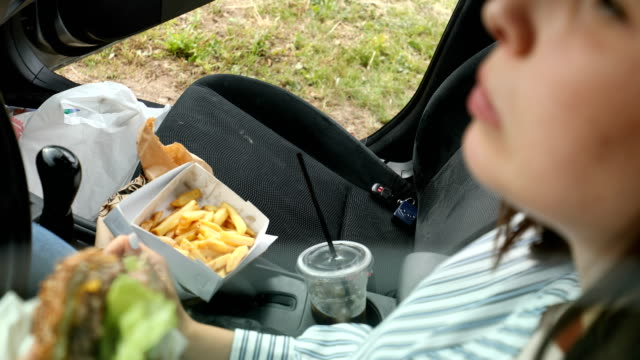 perfekte take-out-combo! - schnellkost stock-videos und b-roll-filmmaterial