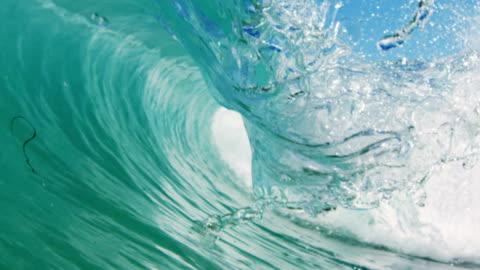 perfettamente dettagliate bella onda pov di onda macchina fotografica pause più basse sulla spiaggia in california sole estivo. girato a slowmo del drago rosso in 300fps. - onda video stock e b–roll