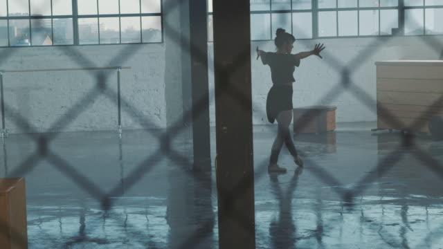vídeos y material grabado en eventos de stock de rendimiento del bailarín de ballet visto a través de la valla - feminidad