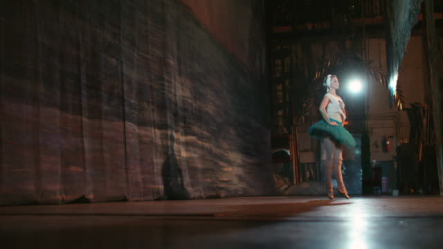 舞台でのパフォーマンス。美しいバレリーナ。 - バレエ点の映像素材/bロール