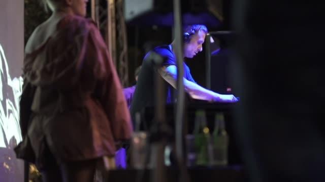 vídeos de stock, filmes e b-roll de dj que executa no partido - arte, cultura e espetáculo