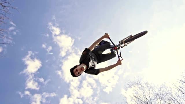 slo mo mtb performing backflip trick - трюк стоковые видео и кадры b-roll