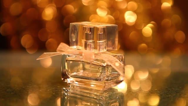 vídeos de stock e filmes b-roll de perfume glasses bottle studio work - perfume