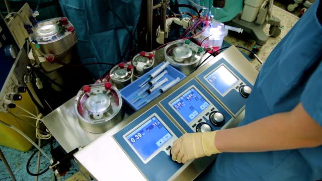vídeos de stock, filmes e b-roll de perfusionist controle coração do pulmão máquina em sala de cirurgia - marcapasso cirurgia cardíaca