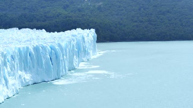 perito moreno glacier calving - ледник стоковые видео и кадры b-roll