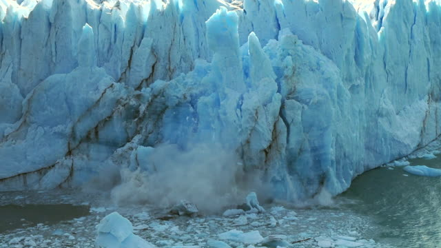 vídeos de stock, filmes e b-roll de geleira perito moreno no parque nacional los glaciares, el calafate, argentina, vista de enormes pedaços de gelo caindo na água - gelo