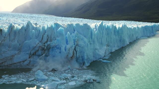 ледник перито морено в национальном парке лос-гласиарес, эль-калафате, патагония, аргентина, ледяные куски, разрушающиеся в воду - ледник стоковые видео и кадры b-roll