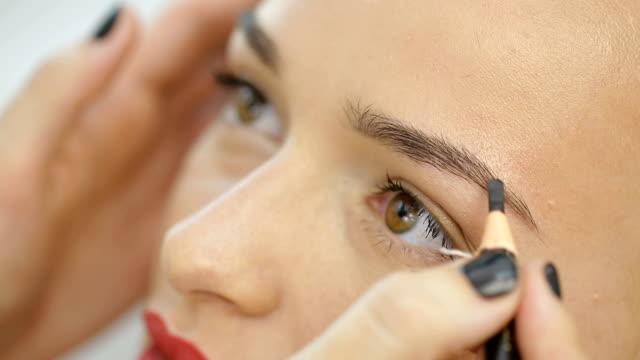 vídeos de stock e filmes b-roll de permanent makeup eyebrows - sobrancelha