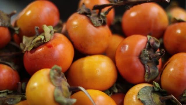 vídeos de stock e filmes b-roll de persimmon (diospyros kaki) fruits - diospiro