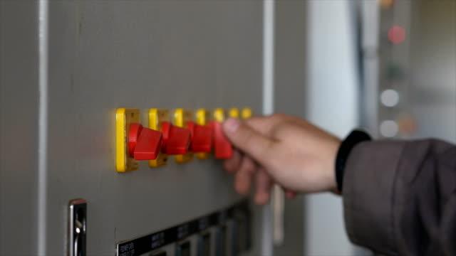 デバイス上のセンサーを調整します。作業者はセンサーのレバーを回します。プロの機器。クローズ アップ。 - 電化製品点の映像素材/bロール