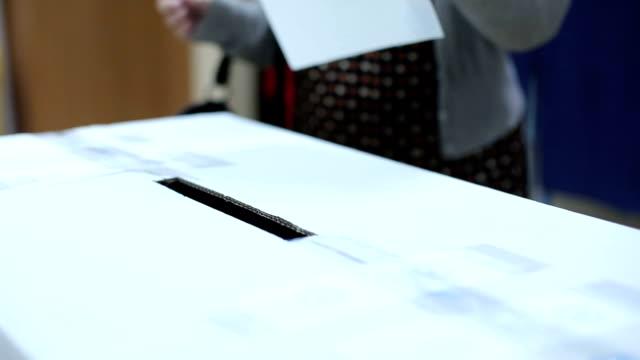 vídeos y material grabado en eventos de stock de emitir un voto durante las elecciones de la persona - polling place