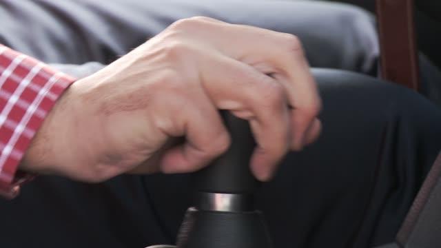person ändra bil gear. drivrutinen skifta växel i bilen. närbild. - växelspak bildbanksvideor och videomaterial från bakom kulisserna